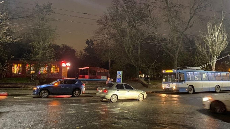 "На проспекте Ушакова в Херсоне ""застряли"" троллейбусы: произошло ДТП, движение затруднено"