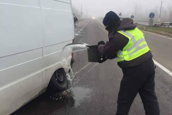 В Херсонской области у микроавтобуса на ходу вспыхнуло колесо: полицейские оперативно потушили огонь