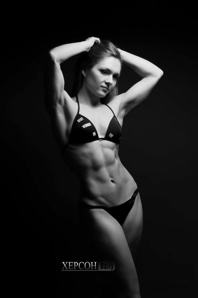 Анна Синельникова чемпионка мира по бодибилдингу, новости херсона 2015, чб фото женщина пресс