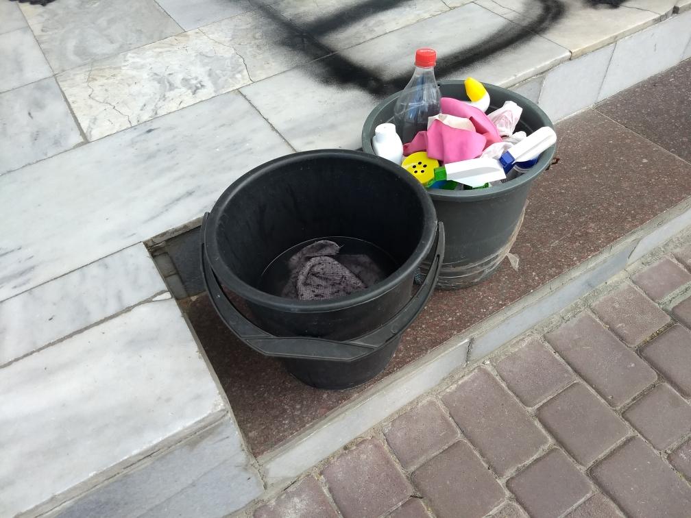 В Херсоне у здания облУМВД пикетчики оставили надпись черным