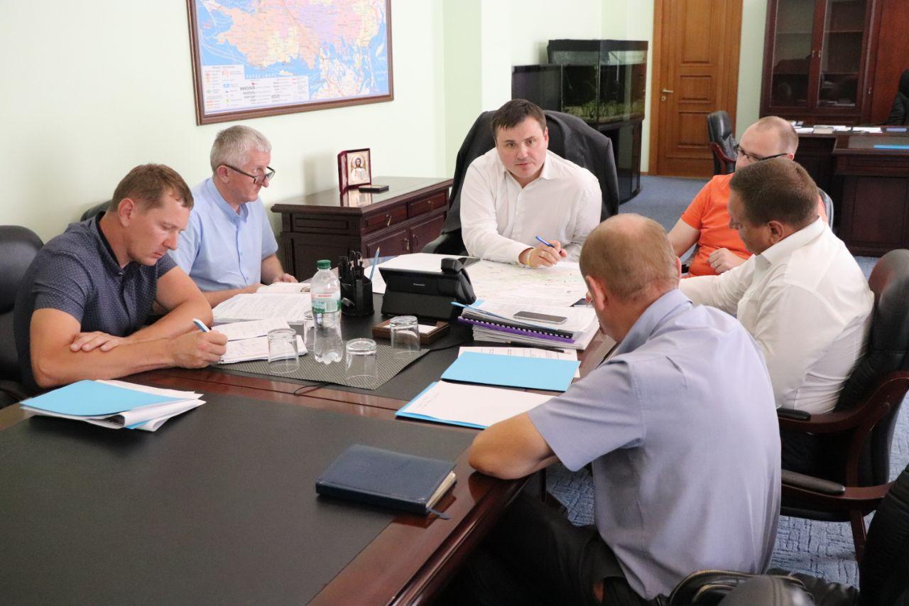 Стало известно, что кто этот новый человек в оранжевой футболке рядом с новым главой Херсонской ОГА