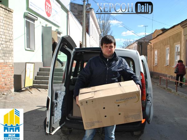 Херсон новости. Крым сос и Херсонцы направили гуманитарную помощь переселенцам. Херсон дейли