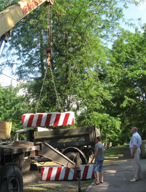 новости Херсона. Въезд в Городской парк Херсона перекрыт бетонными блоками