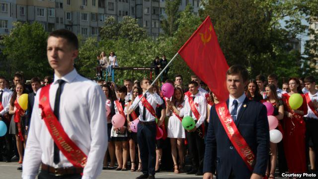 Школа Симферополя. Выпускники под флагом СССР.