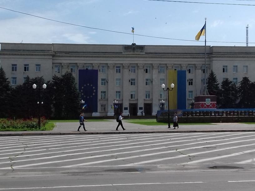 В центре Херсона с фасада облгосадминистрации сняли флаг Евросоюза и государственный флаг