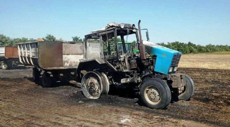 Посреди поля в Голопристанском районе сгорел трактор