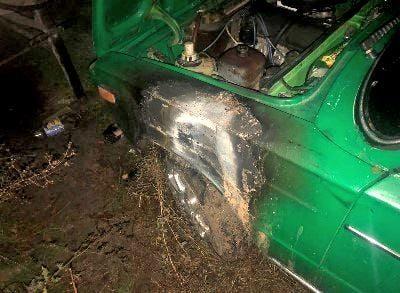 На Херсонщине злоумышленник поджег автомобиль и порубил мачете еще одну машину