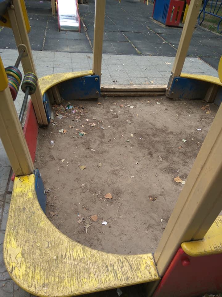 Небезпечні розваги: дитячі майданчики в Херсоні вже давно не для дітей