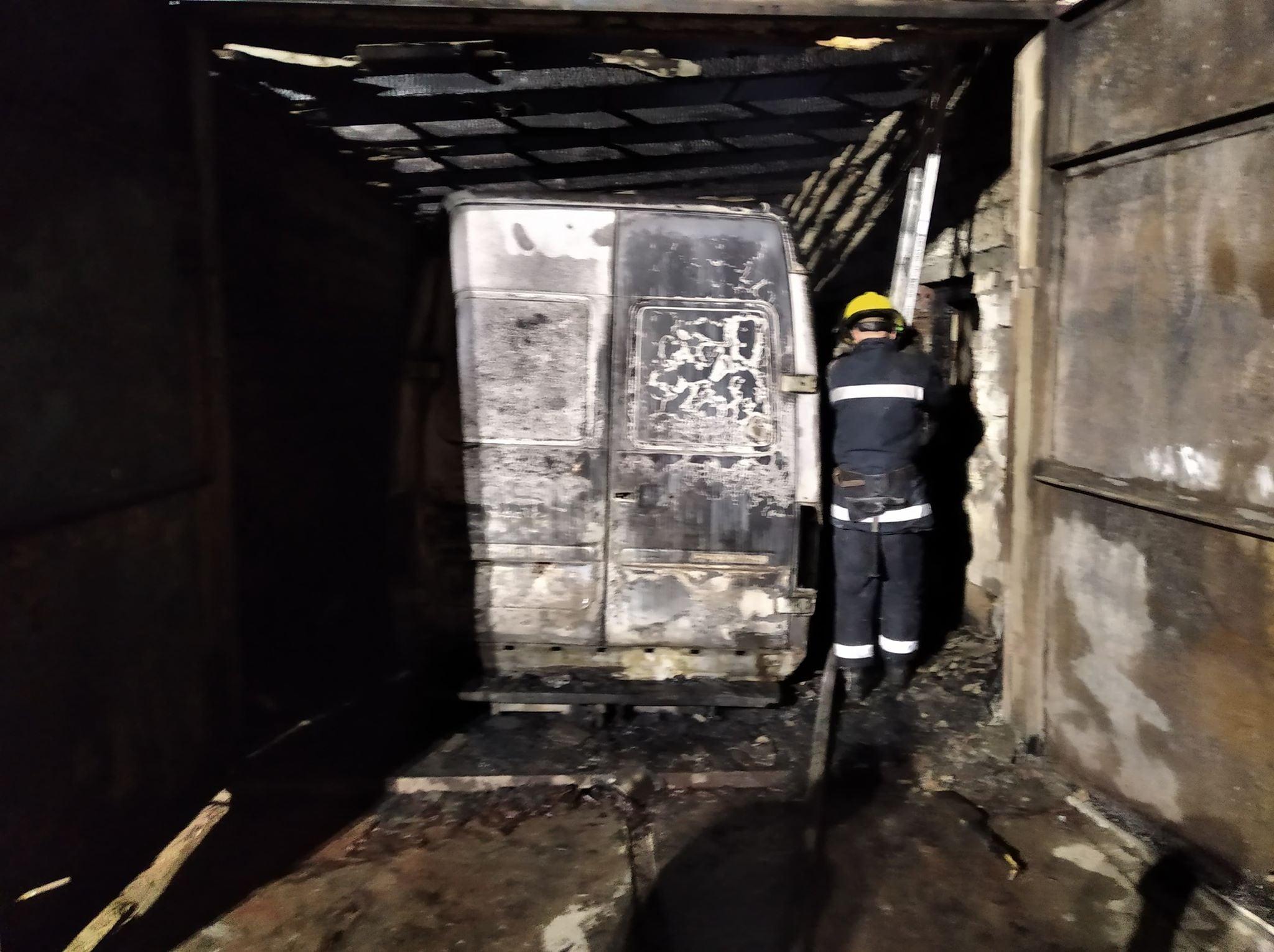 Вночі в Каховці згорів гараж з мікроавтобусом