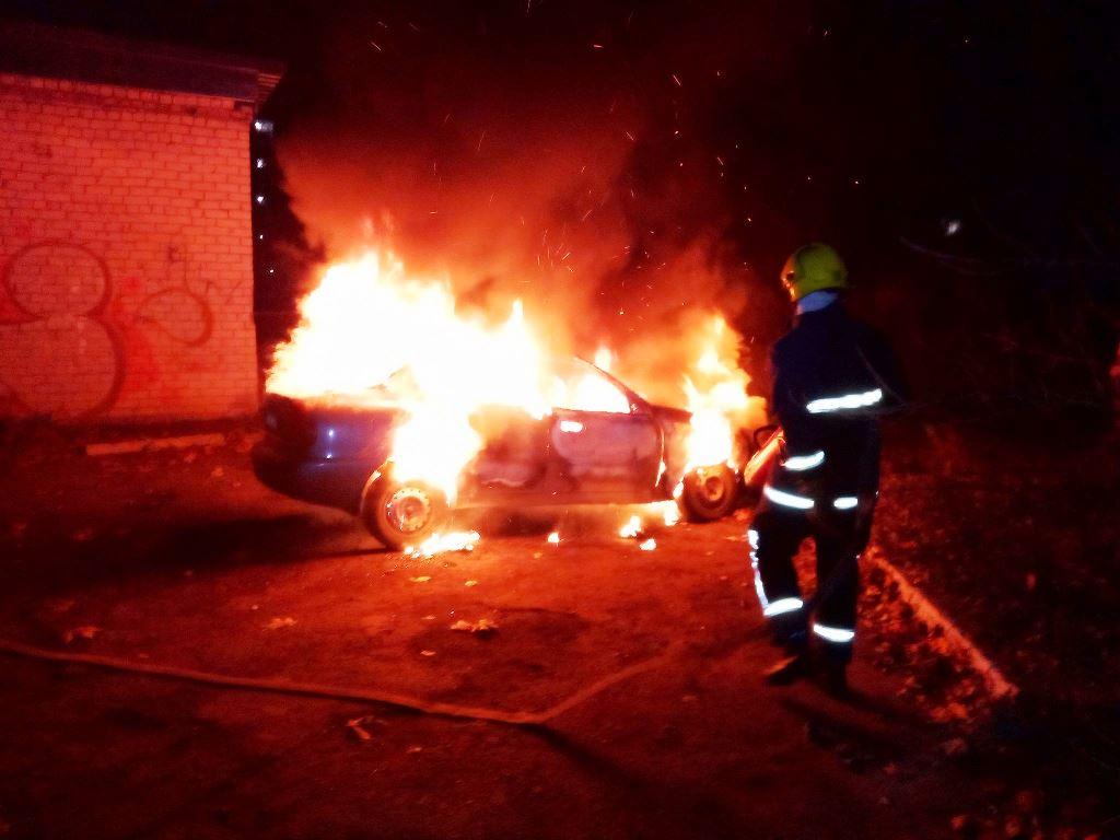 Ночью в Каховке сгорел легковой автомобиль: причина пожара устанавливается