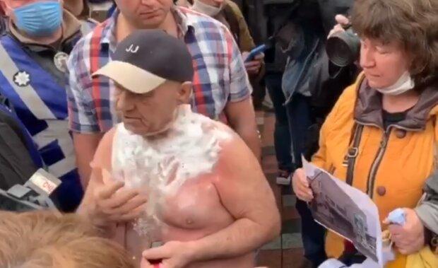 Полуголый житель Каховки облился бензином и пытался себя поджечь в Киеве под Радой