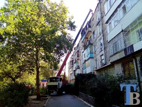 На крыше новокаховской пятиэтажки, пострадавшей при пожаре, уже идут ремонтные работы