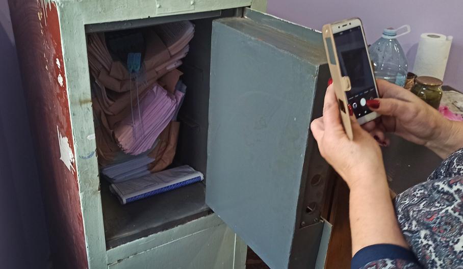 На Херсонщине спасателям пришлось взламывать сейф с бюллетенями