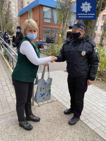 Полицейская вернула найденную сумку владелице
