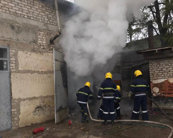 На Херсонщине сгорел гараж с автомобилем: есть пострадавший