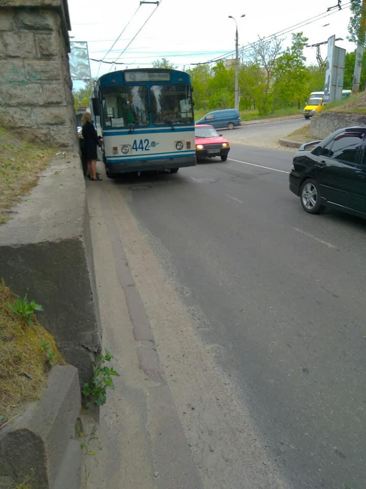 ДТП под мостами: в Херсоне КАМАЗ выбил стекло троллейбусу