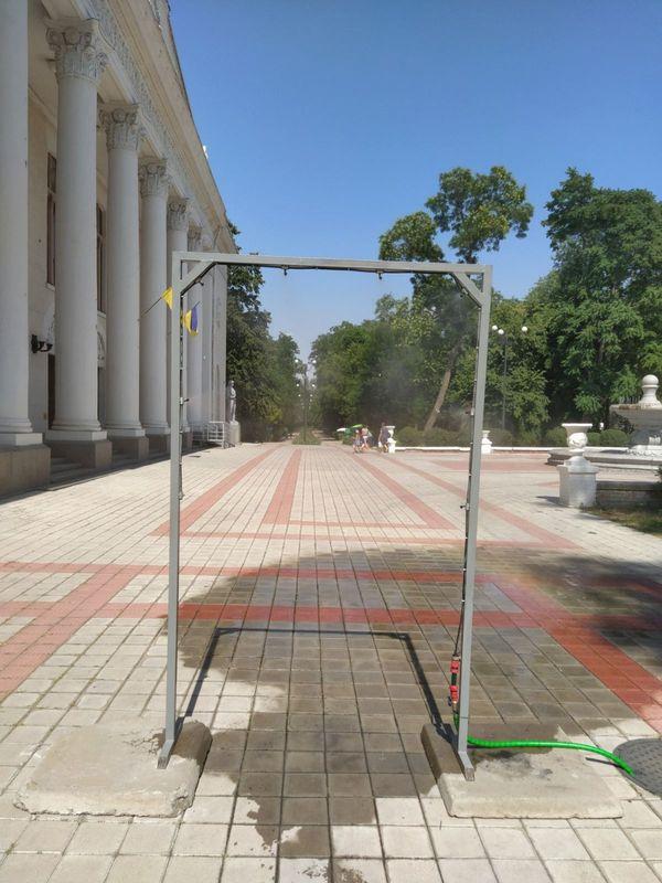 В Новой Каховке в разгар жары для горожан установили еще две охлаждающие рамки