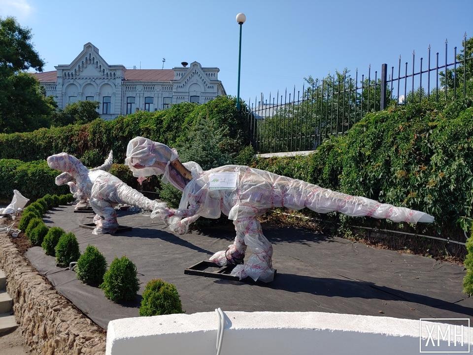 """Скоро возле набережной Херсона откроют обновленный сквер с """"живыми"""" динозаврами и восстановленным фонтаном"""