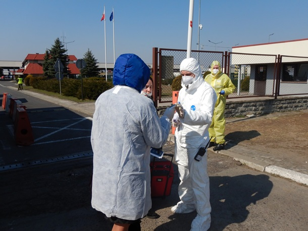Украинцы массово возвращаются домой пешком из Польши