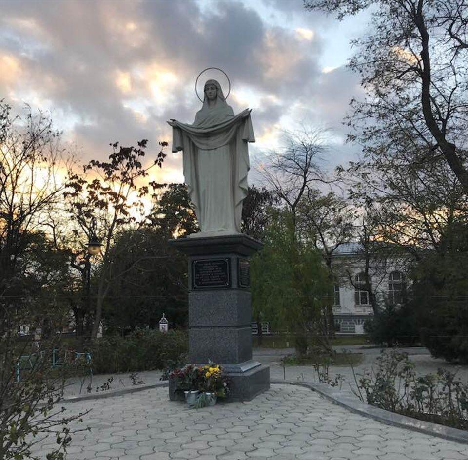 """В Покровском сквере Херсона """"поработали"""" вандалы"""