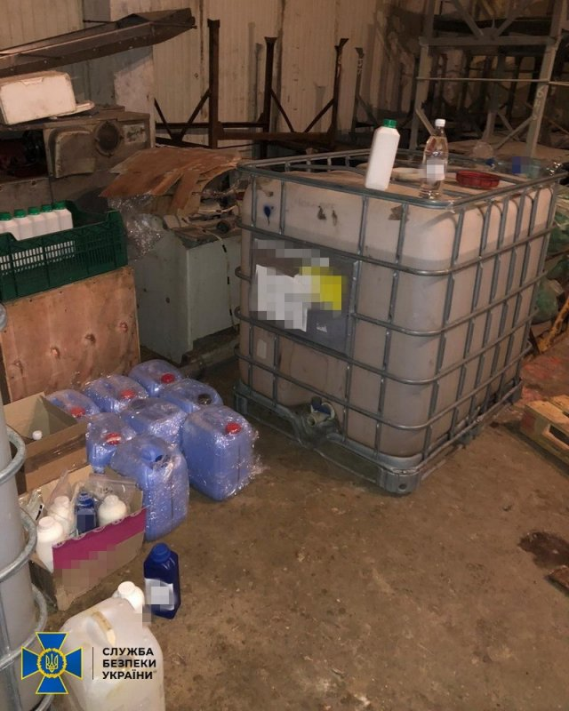 В Херсонской области сотрудники СБУ разоблачили масштабное подпольное производство антисептиков и обнаружили 8 тонн раствора