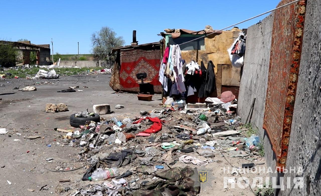 У Херсоні на міському сміттєзвалищі мешкали 2 сім'ї заробітчан із Західної України: серед них було 7 дітей від 2-х до 12-ти років