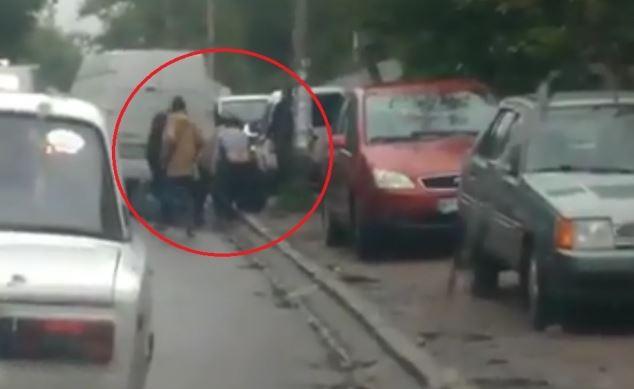 Водители, не поделив участок дороги, устроили массовую драку в Херсоне: пострадавших госпитализировали