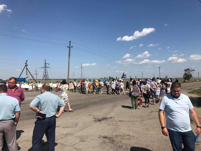 На Херсонщине люди вышли на протест: перекрыли дорогу и требовали организовать четыре ОТГ вместо одной