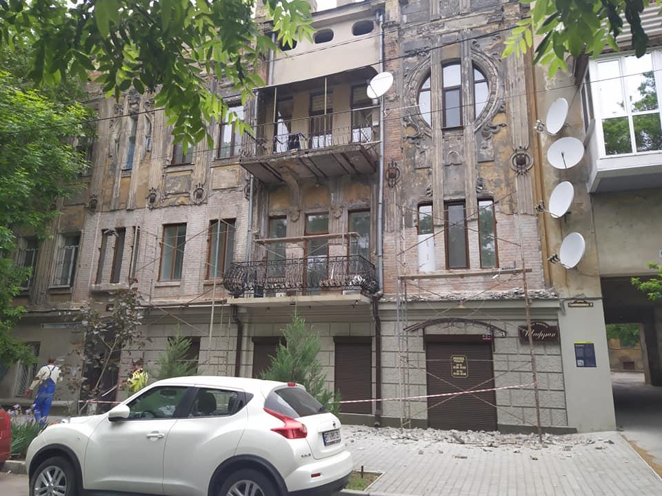 Начался ремонт фасада одного из самых старых и красивых домов в Херсоне