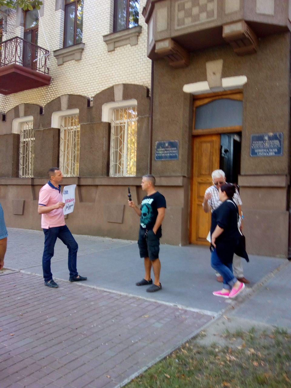 В Херсоне главный офис полиции пикетируют несколько человек