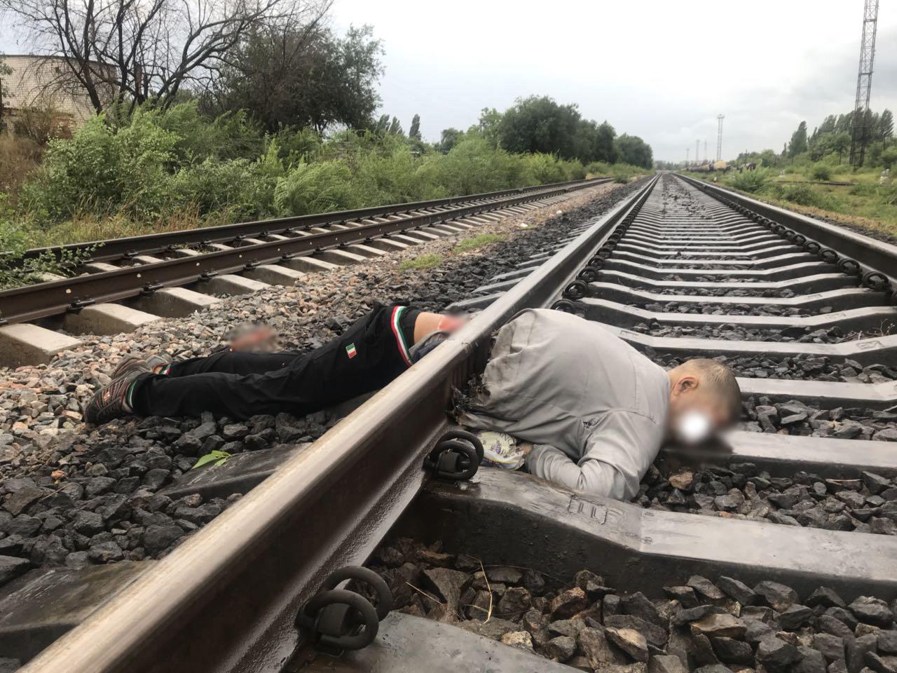 только здесь мужик уложил троих железнодорожников спешил толкать его