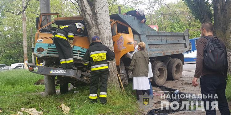 В полиции сказали, что водителю врезавшегося в Херсоне в дерево «КамАЗа» 53 года