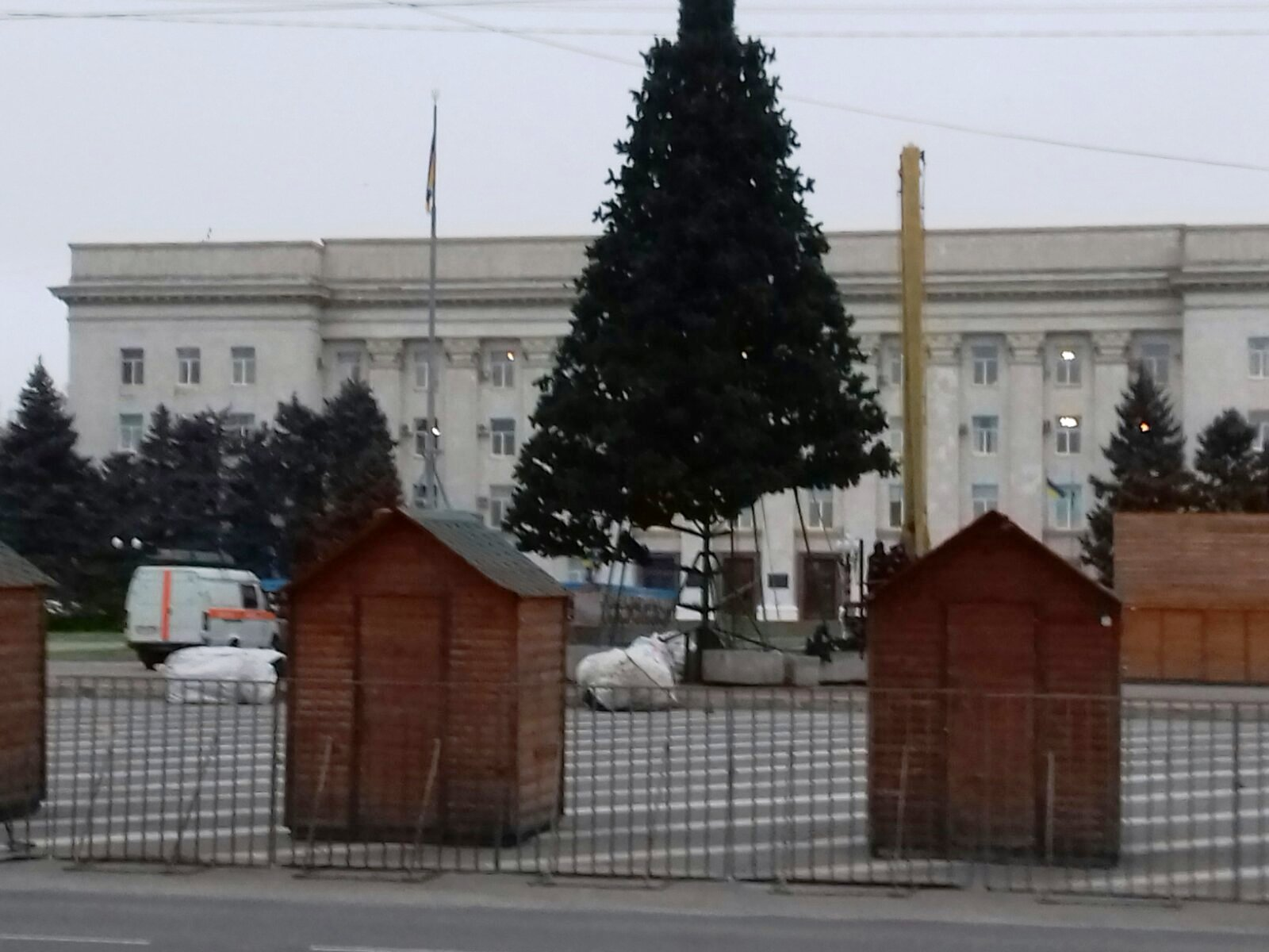Елка в центре Херсона уже становится похожей на елку