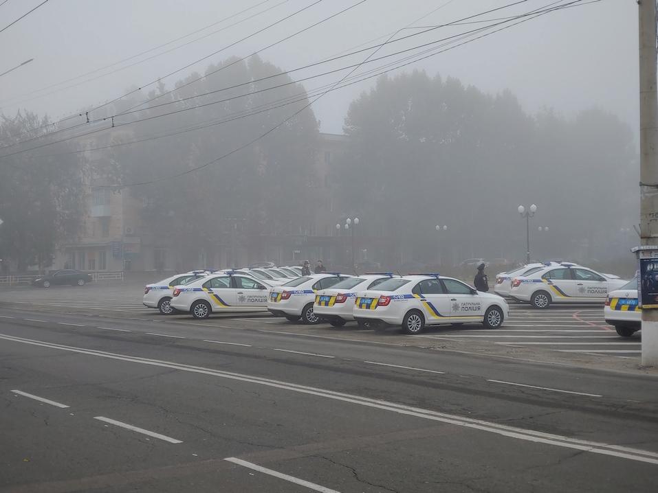 В центре Херсона в тумане скрывается множество полицейских автомобилей
