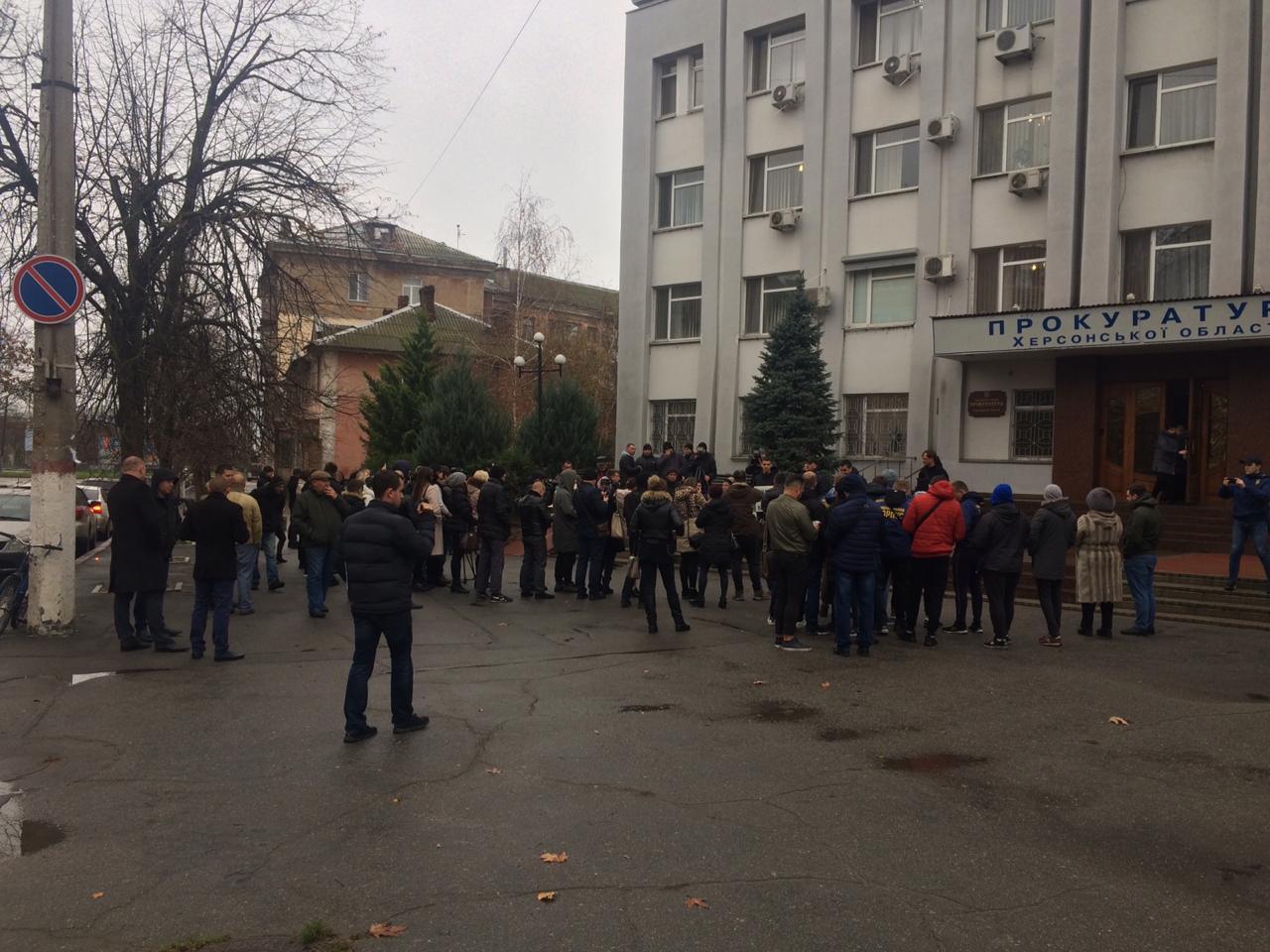 В Херсоне возле облпрокуратуры говорят «о продаже дел прокурорами»