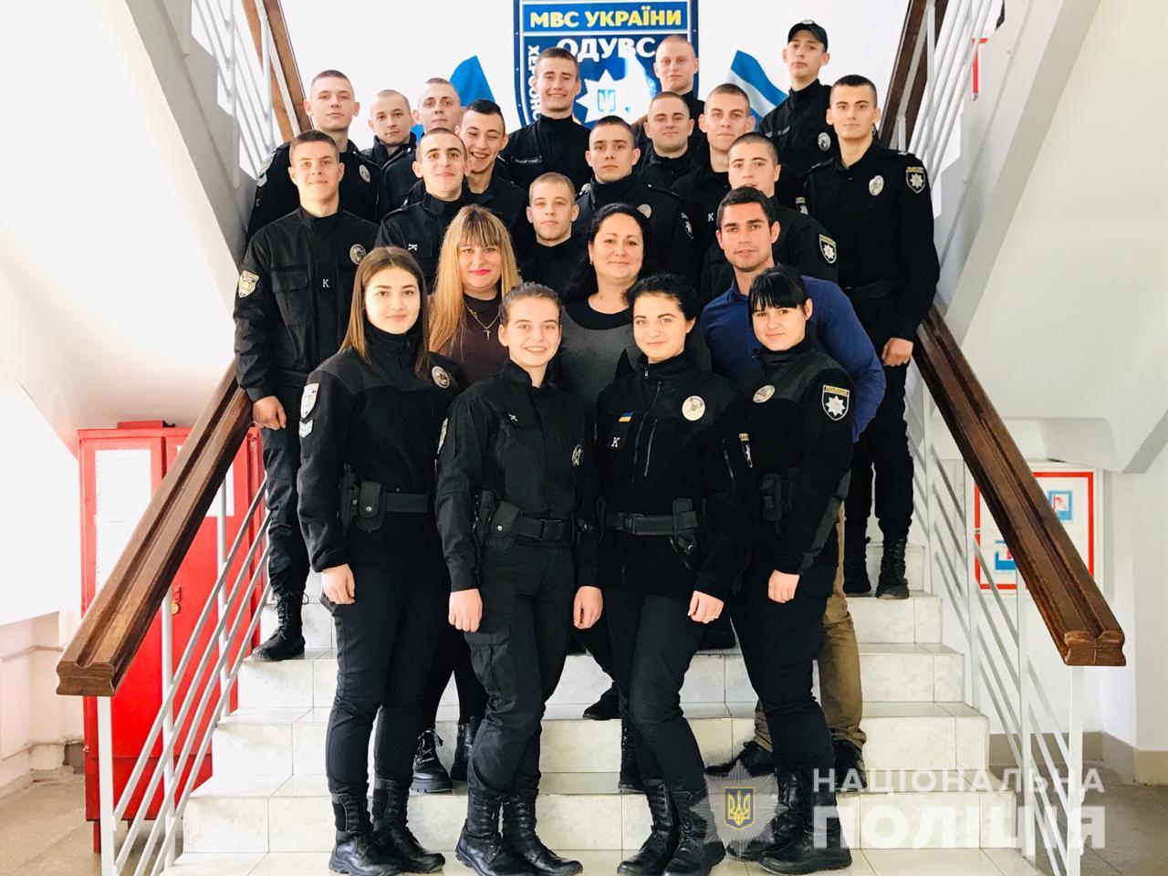 В Херсоне полицейские курсанты коммуницировали с коммуникаторами