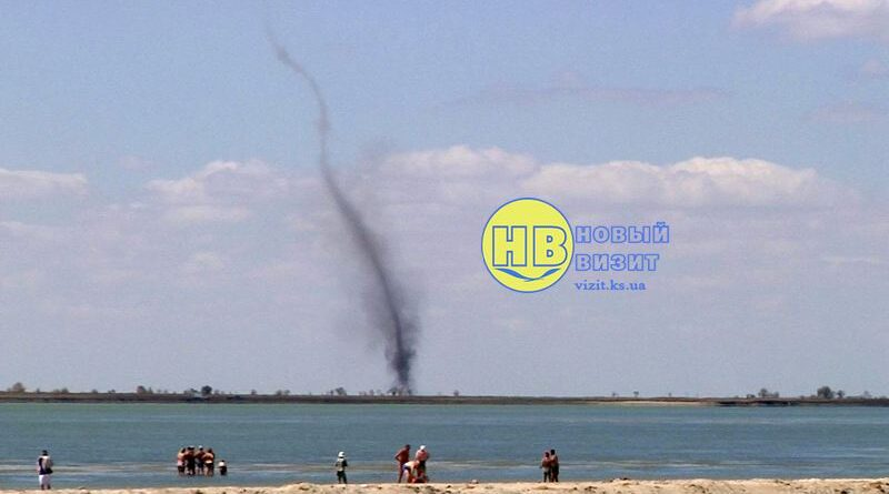 На Херсонщине у моря пронесся смерч: отдыхающие сняли его на видео