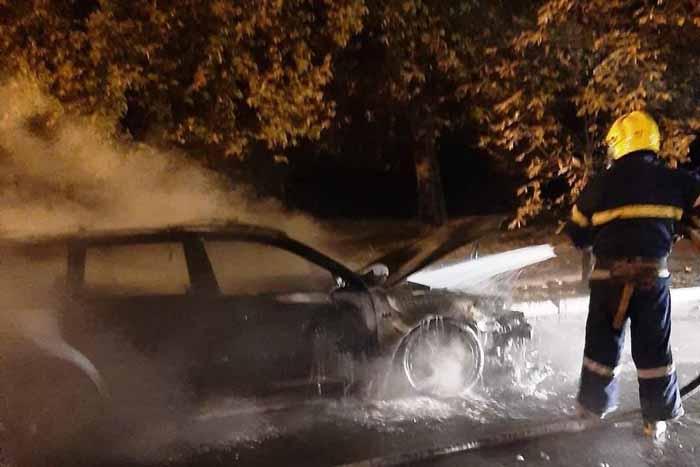 В Новой Каховке среди ночи горел автомобиль