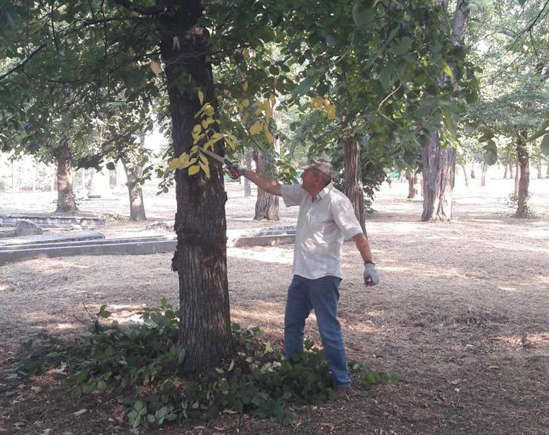 """Сегодня в Херсонской области чиновники вышли на """"субботник"""": убирали, копали, поливали"""