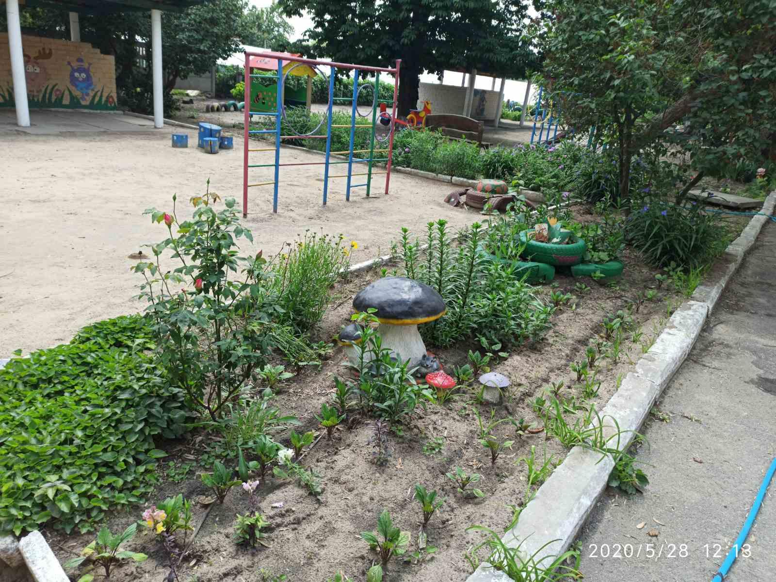 """На Херсонщине родители за время """"карантинного отпуска"""" засадили детский сад цветами"""