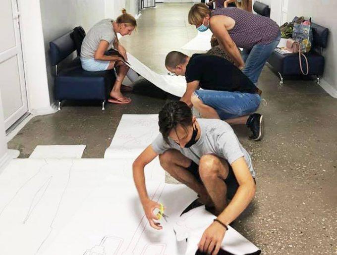 Медики Новой Каховки благодарят художников Дома детского творчества за муралы на стенах коридоров поликлиники