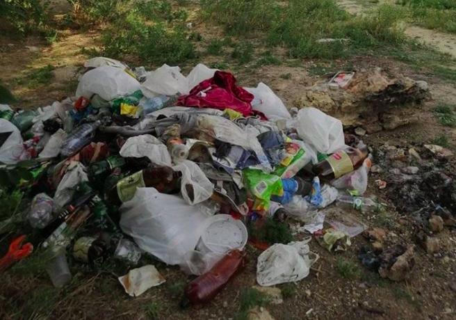 На херсонском пляже «Лилея» продолжают собирать деньги за вход на пляж и не вывозят мусор
