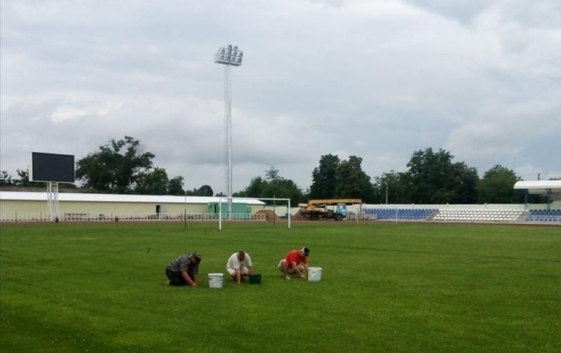 В Олешках реконструируют футбольное поле