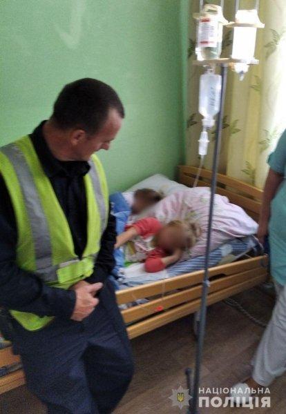 """На Херсонщине родителей лишили прав на детей: маленьких девочек забрала """"скорая"""" в состоянии сильного опьянения"""