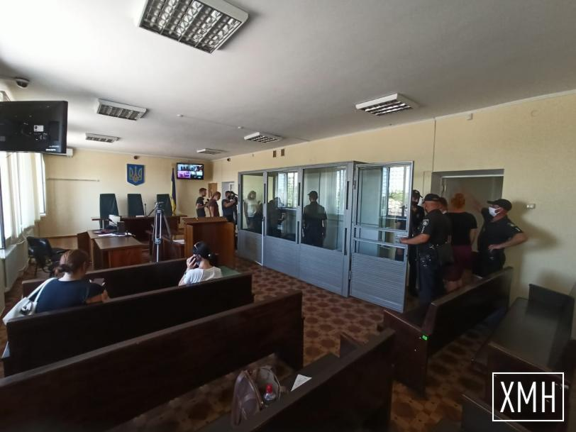 """Под судом в Каховке сегодня пикетировали и жгли фаеры и дымовые шашки: подозреваемому Кашникову вызывали """"скорую"""""""