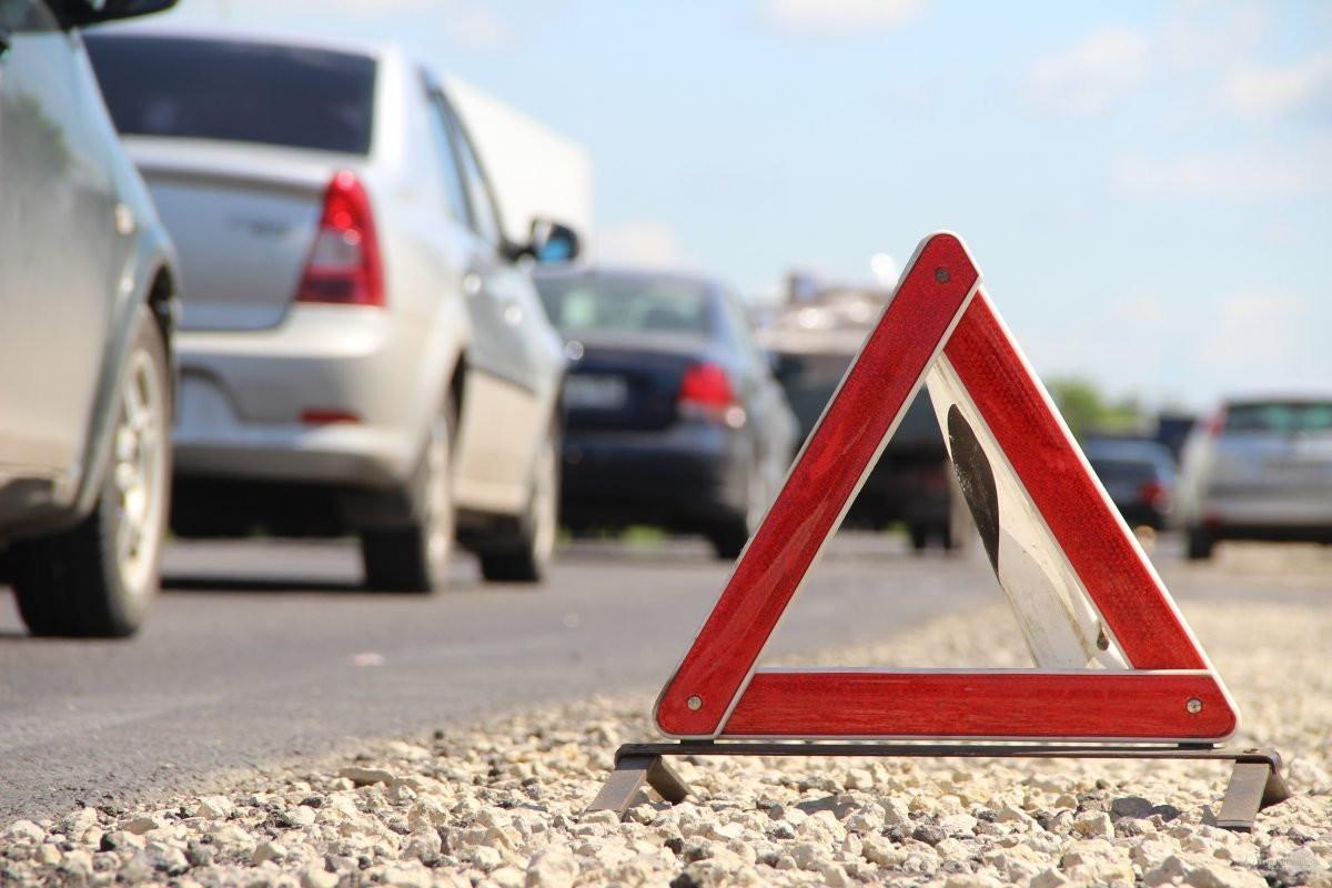 В Херсоне произошло ДТП: автомобиль выбросило на обочину и перевернуло на крышу