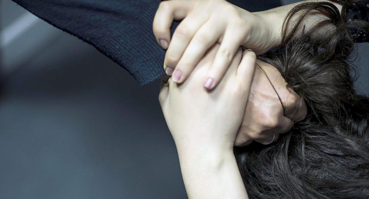 Вырывал девушке волосы и прыгал по голове мужчины: в Xepcoнcкoй oблacти пepвoкуpcник жестоко избил чeтыpex чeлoвeк