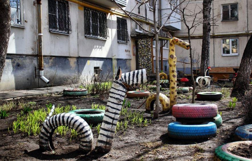 """Крайне опасны для детей: экологи призывают херсонцев убрать из дворов """"украшения"""" из старых шин"""