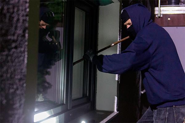 Ворвались в дом и начали избивать: на Херсонщине преступники совершили разбойное нападение на женщину и ее пожилую мать