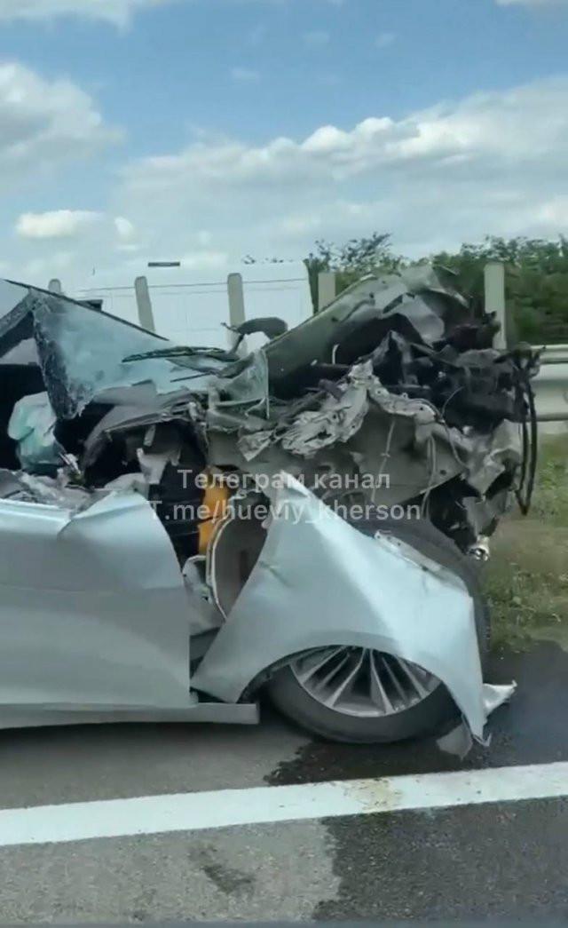 Элитное авто залетело под прицеп КАМАЗа на трассе между Херсоном и Николаевом